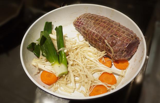 工程⑤お肉を焼きながら野菜も炒めます
